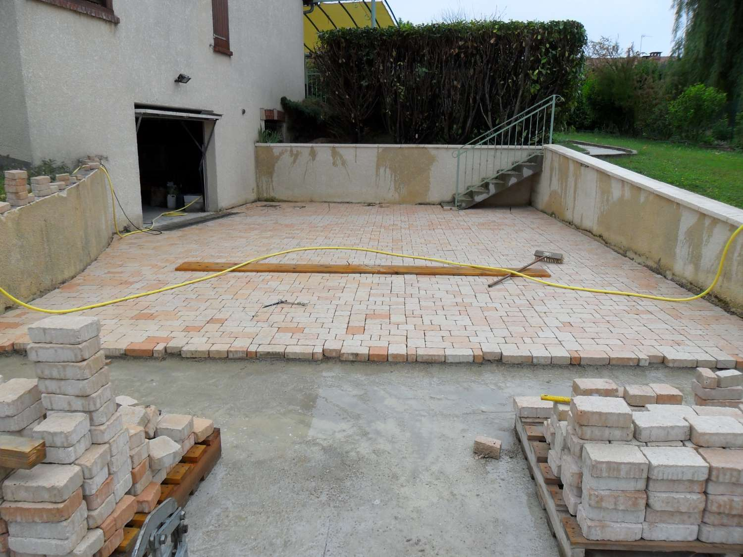 Terrasse en pave sur dalle beton nos conseils for Terrasse suspendue beton photo